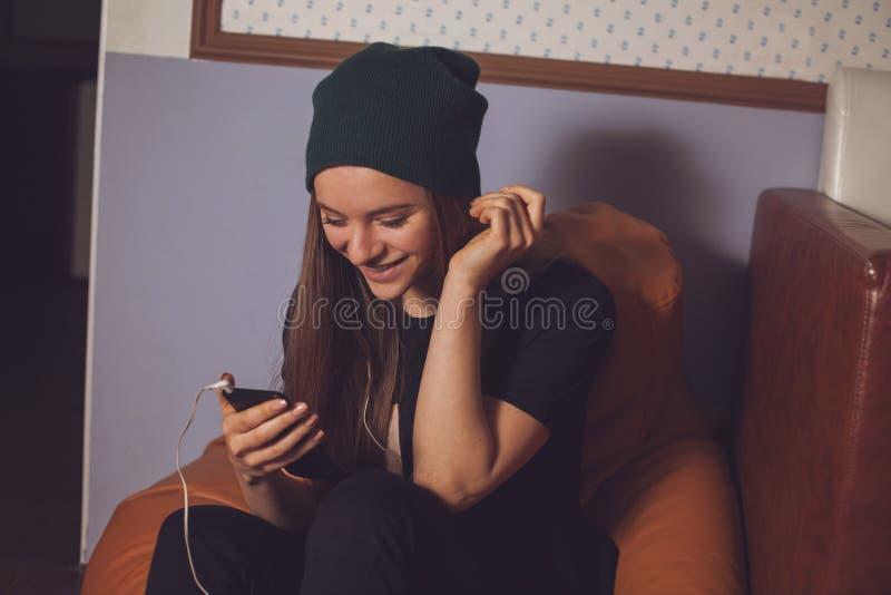 Γυναίκα και μουσική στοκ φωτογραφίες με δικαίωμα ελεύθερης χρήσης