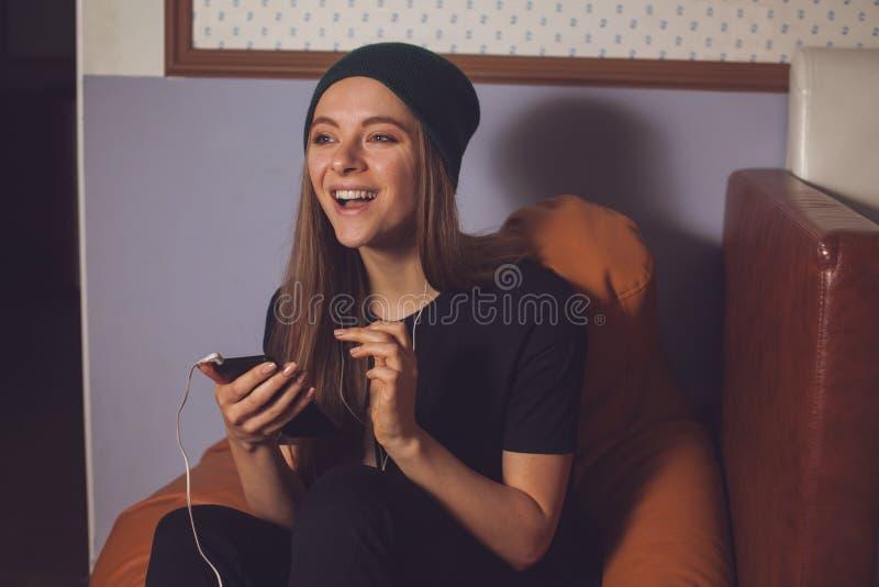 Γυναίκα και μουσική στοκ εικόνα με δικαίωμα ελεύθερης χρήσης