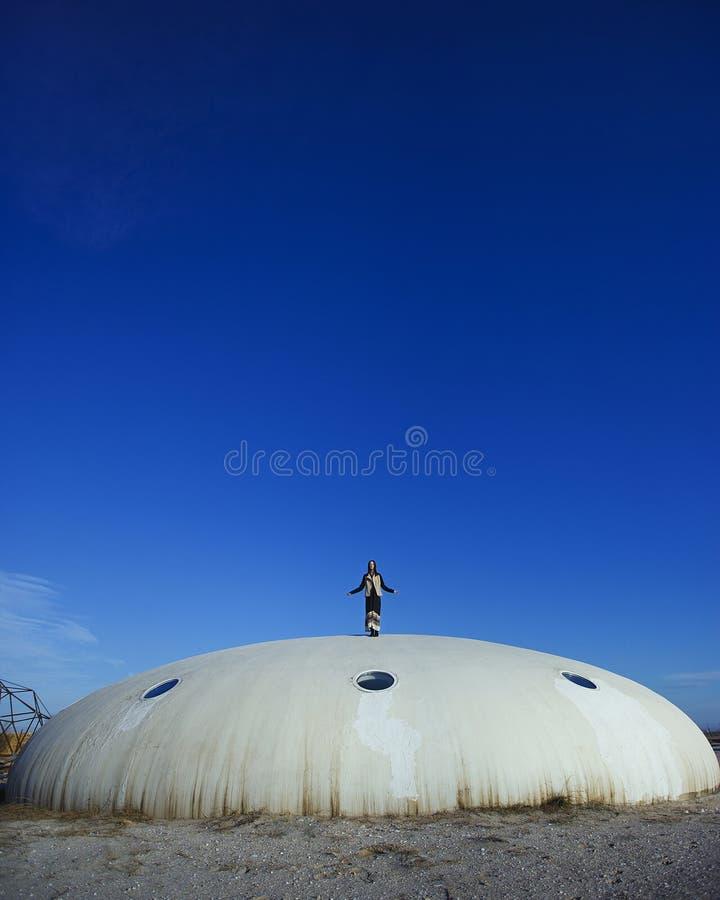 Γυναίκα και ουρανός στοκ φωτογραφίες με δικαίωμα ελεύθερης χρήσης
