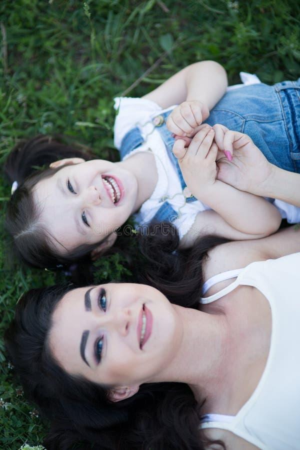 Γυναίκα και παιδί στη φύση στοκ εικόνες