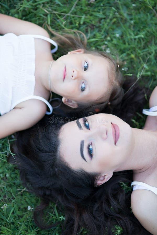 Γυναίκα και παιδί στη φύση στοκ εικόνα με δικαίωμα ελεύθερης χρήσης