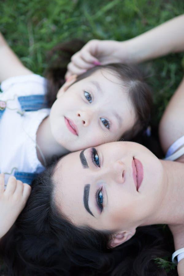 Γυναίκα και παιδί στη φύση στοκ εικόνες με δικαίωμα ελεύθερης χρήσης
