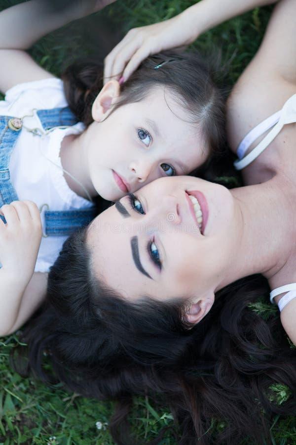 Γυναίκα και παιδί στη φύση στοκ φωτογραφία με δικαίωμα ελεύθερης χρήσης
