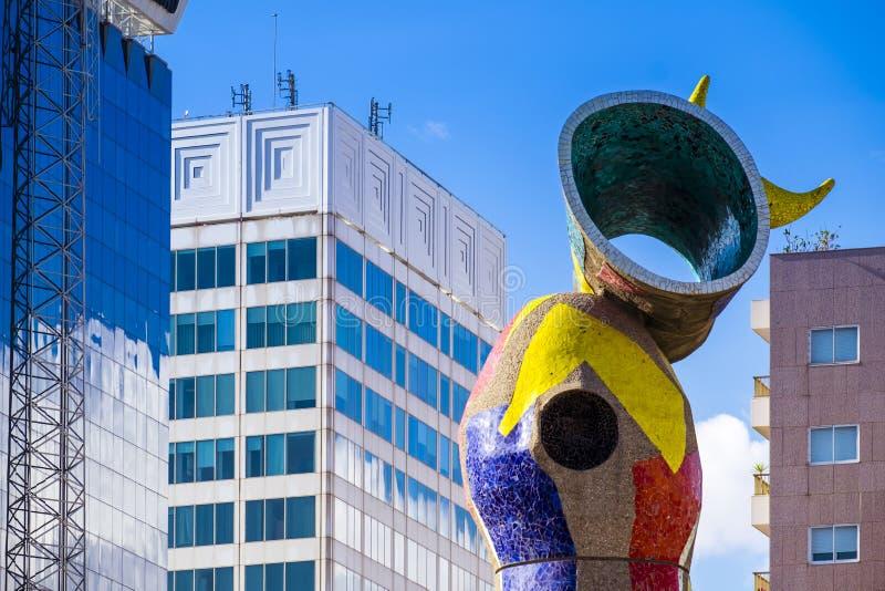 Γυναίκα και πουλί ` Dona ι αγαλμάτων ` Ocell, στα καταλανικά, που δημιουργούνται από το J στοκ εικόνα