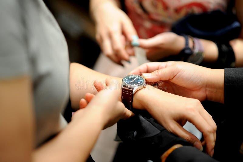 Γυναίκα και ρολόι στοκ εικόνες με δικαίωμα ελεύθερης χρήσης