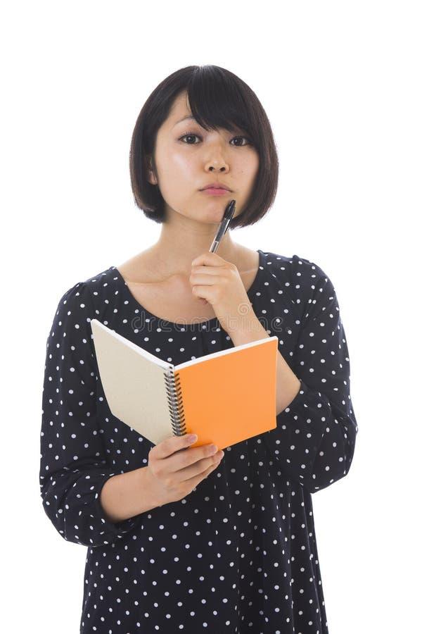 Γυναίκα και σημειωματάριο στοκ εικόνες με δικαίωμα ελεύθερης χρήσης