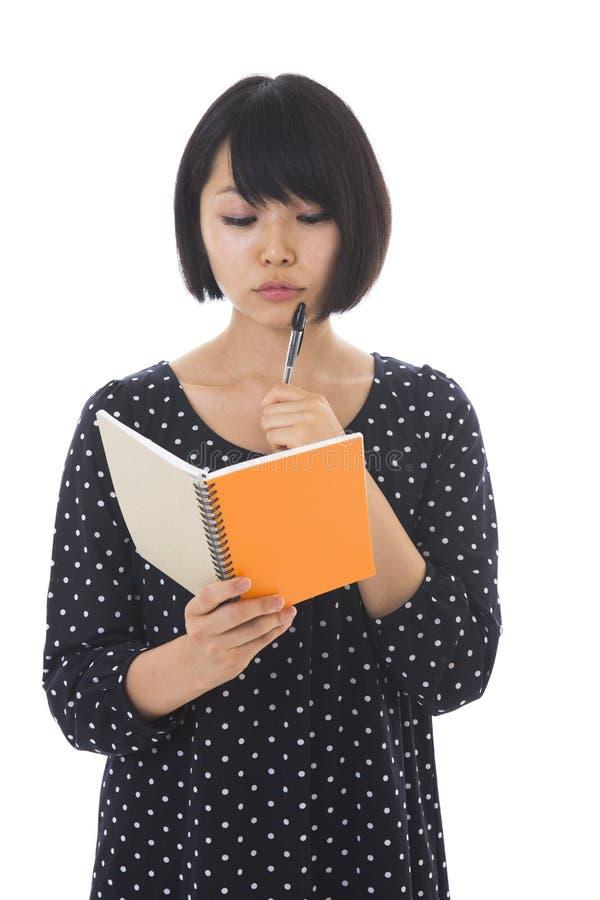 Γυναίκα και σημειωματάριο στοκ εικόνα
