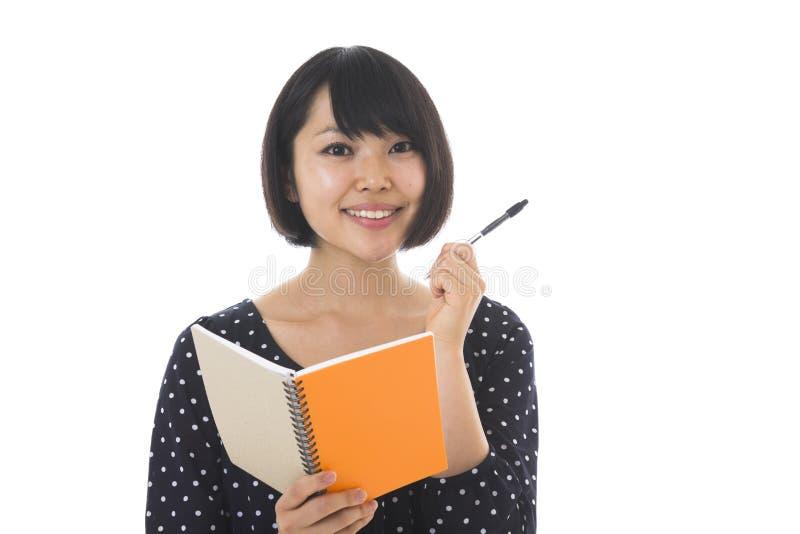 Γυναίκα και σημειωματάριο στοκ φωτογραφία