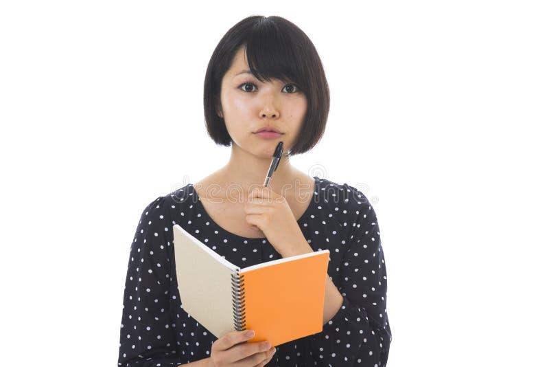 Γυναίκα και σημειωματάριο στοκ φωτογραφία με δικαίωμα ελεύθερης χρήσης