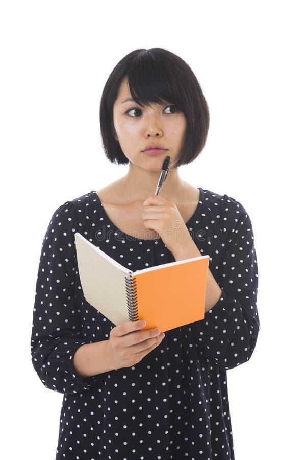 Γυναίκα και σημειωματάριο στοκ εικόνα με δικαίωμα ελεύθερης χρήσης