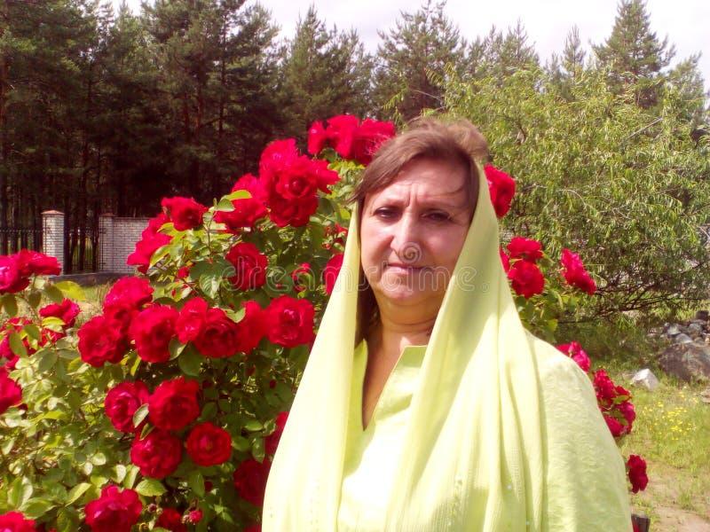 Γυναίκα και τριαντάφυλλα στοκ εικόνες με δικαίωμα ελεύθερης χρήσης