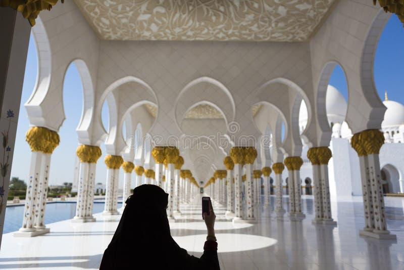 Γυναίκα και selfie Sheikh στο μουσουλμανικό τέμενος Zayed στο Αμπού Ντάμπι στοκ εικόνα