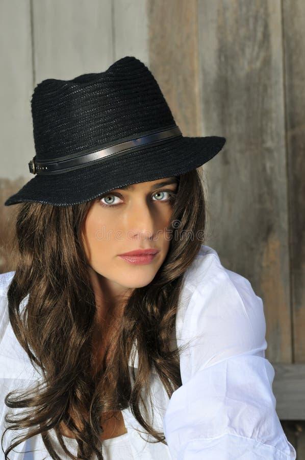 γυναίκα καπέλων brunette στοκ εικόνα με δικαίωμα ελεύθερης χρήσης