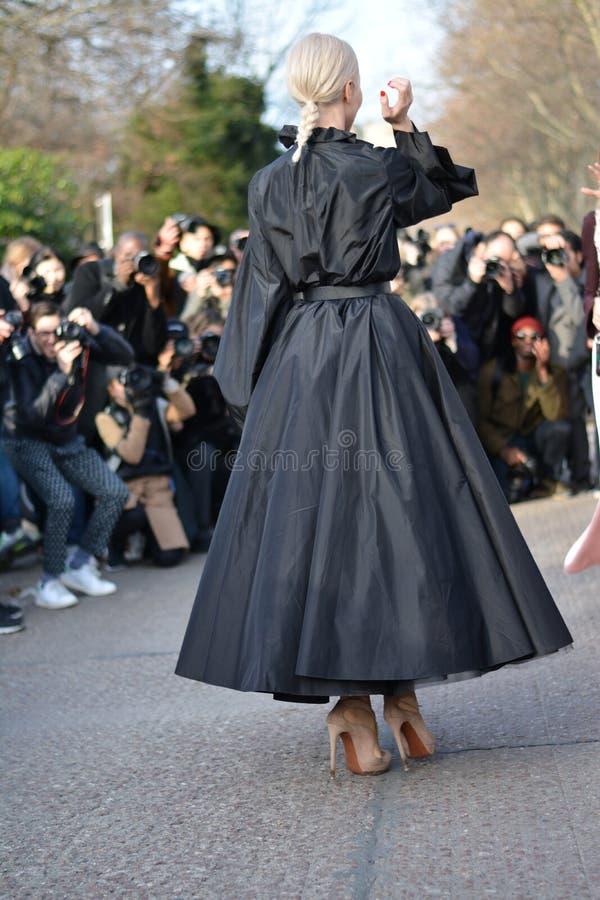 Γυναίκα κατά τη διάρκεια των ραπτικών Haute στο Παρίσι στοκ εικόνες