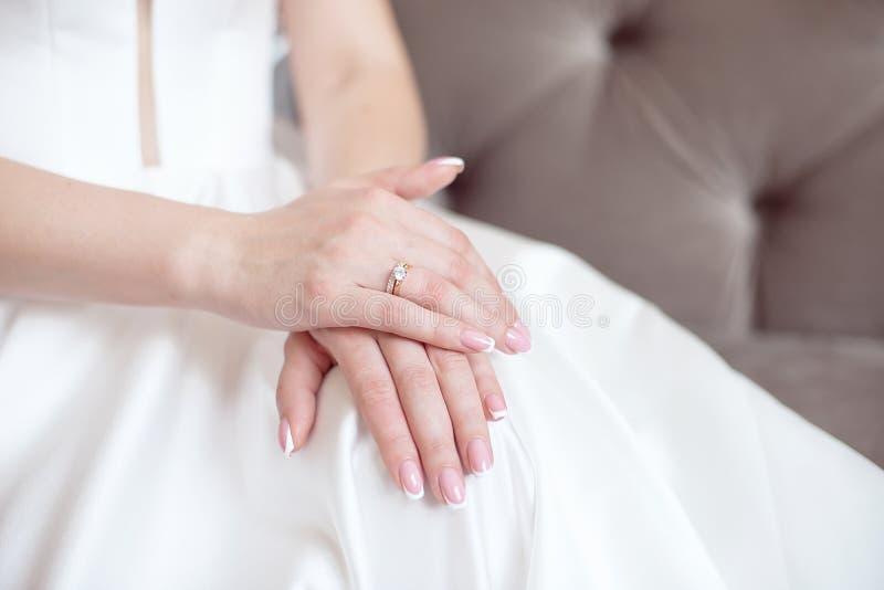 Γυναίκα κινηματογραφήσεων σε πρώτο πλάνο που παρουσιάζει χέρια της με το όμορφο μανικιούρ Χέρια νύφης με ένα συμπαθητικό μανικιού στοκ φωτογραφίες με δικαίωμα ελεύθερης χρήσης