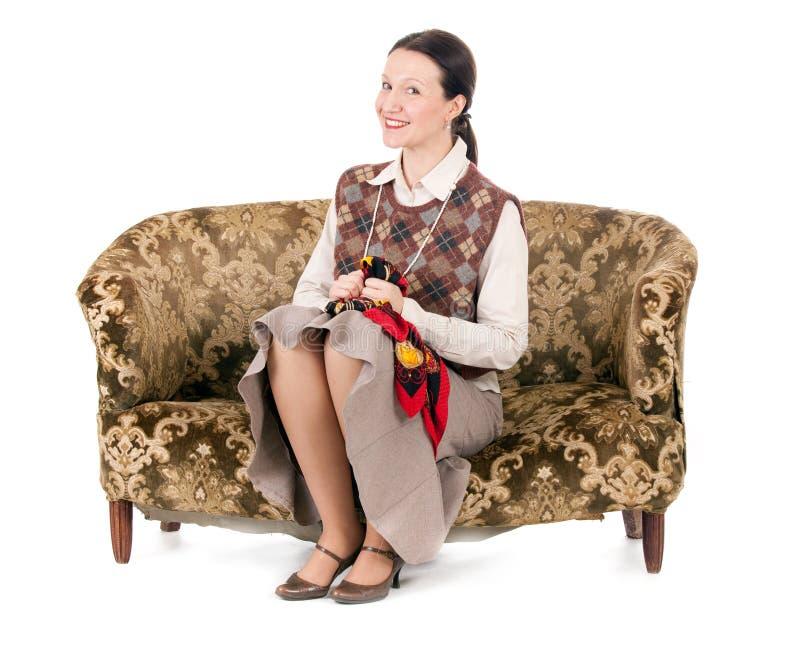 Γυναίκα κιτς στον αναδρομικό καναπέ στοκ εικόνες με δικαίωμα ελεύθερης χρήσης