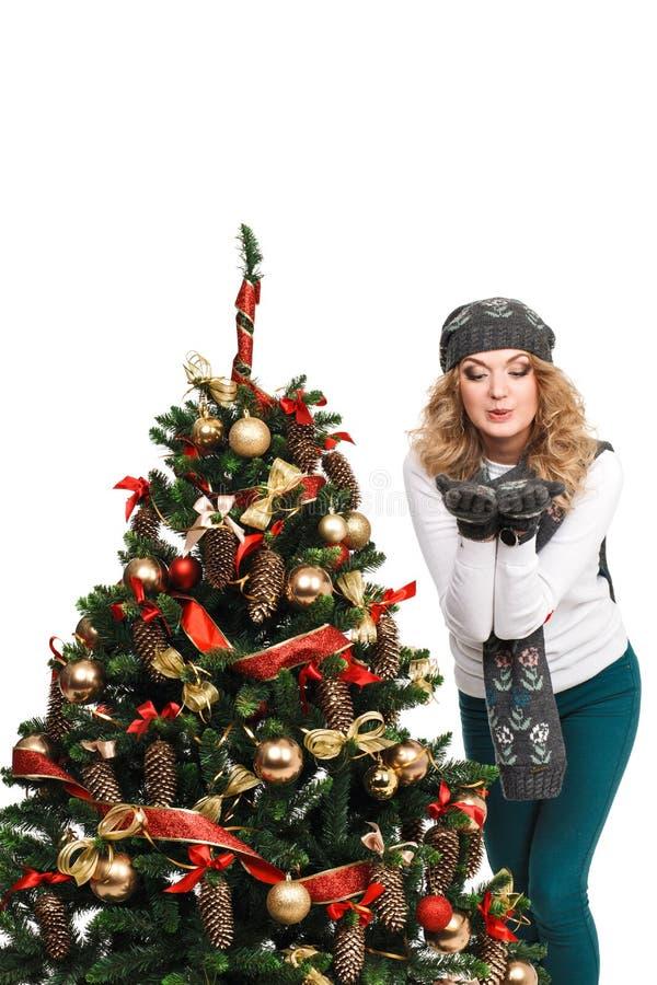 Download Γυναίκα κοντά σε ένα χριστουγεννιάτικο δέντρο Απομονωμένος πέρα από το λευκό Στοκ Εικόνα - εικόνα από απομονωμένος, διασκέδαση: 62700457