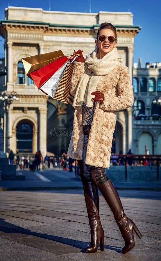 Γυναίκα κοντά σε Galleria Vittorio Emanuele ΙΙ που εξετάζει την απόσταση στοκ εικόνες