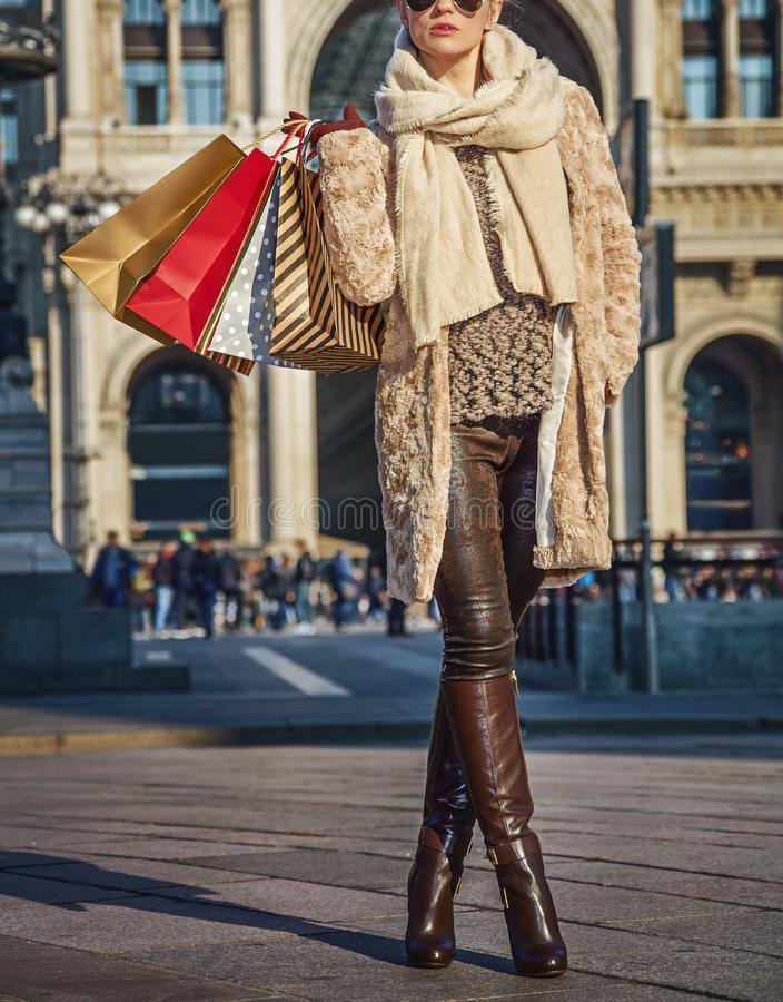 Γυναίκα κοντά σε Galleria Vittorio Emanuele ΙΙ που εξετάζει την απόσταση στοκ εικόνες με δικαίωμα ελεύθερης χρήσης