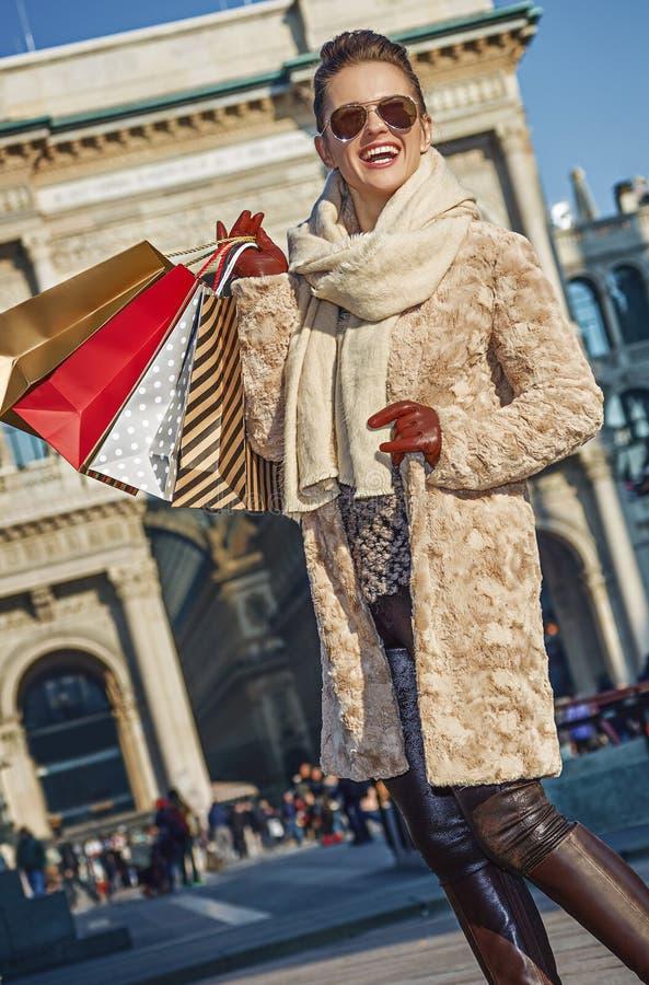Γυναίκα κοντά σε Galleria Vittorio Emanuele ΙΙ που εξετάζει την απόσταση στοκ φωτογραφία με δικαίωμα ελεύθερης χρήσης