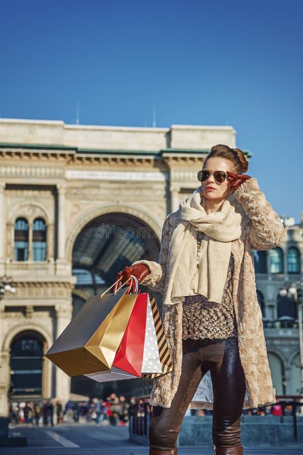 Γυναίκα κοντά σε Galleria Vittorio Emanuele ΙΙ που εξετάζει την απόσταση στοκ εικόνα