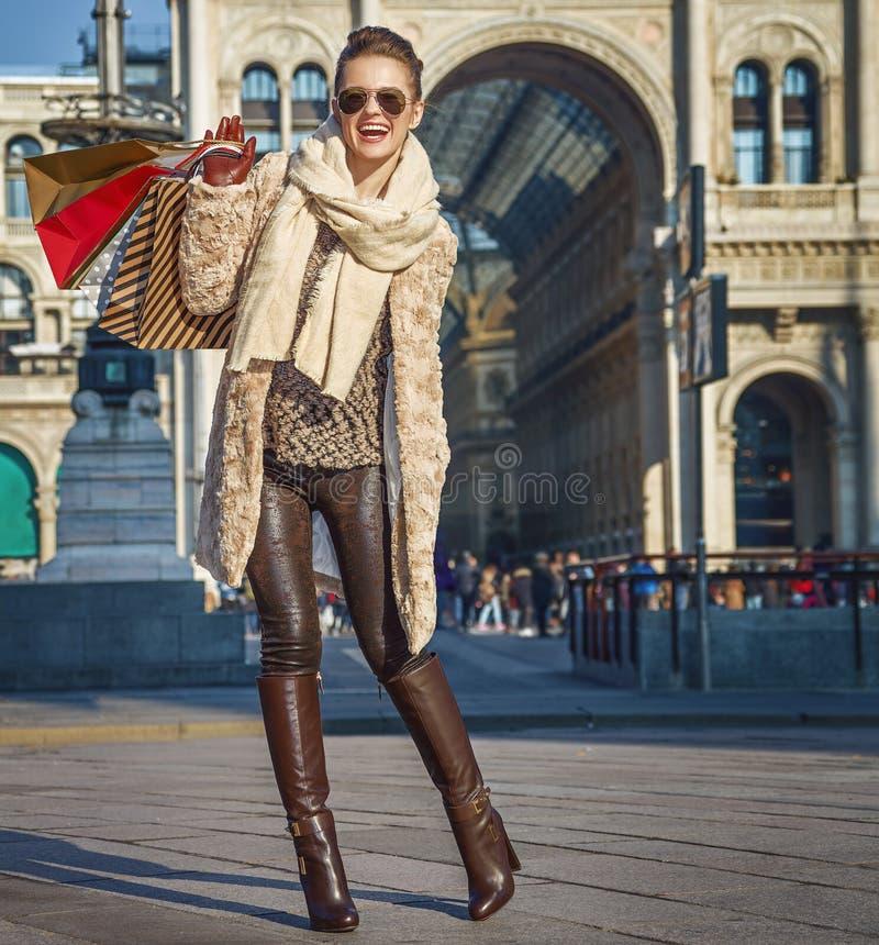Γυναίκα κοντά σε Galleria Vittorio Emanuele ΙΙ που εξετάζει την απόσταση στοκ φωτογραφία