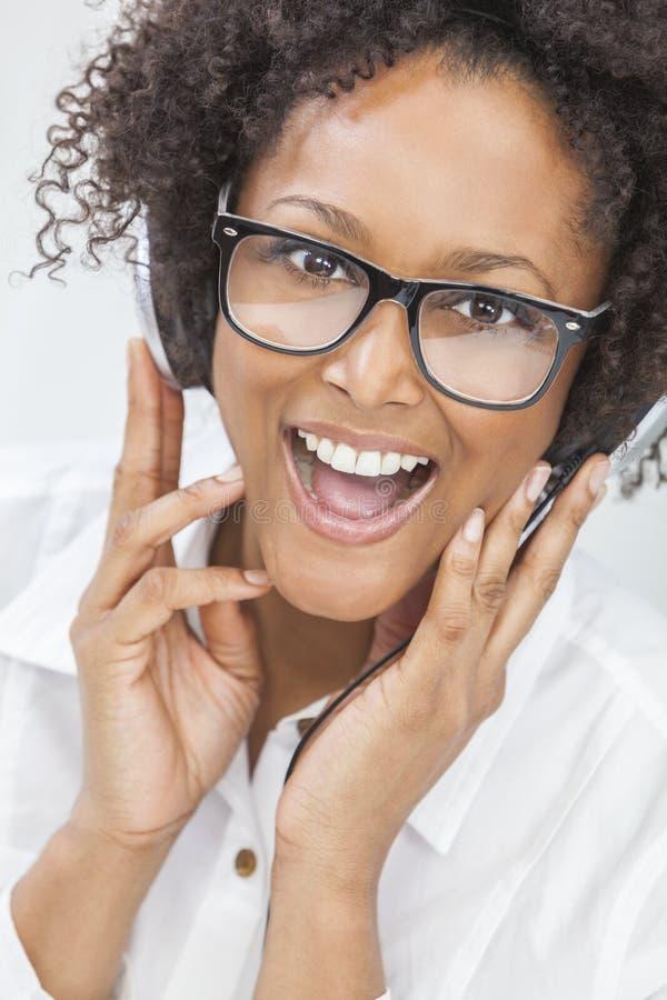 Γυναίκα κοριτσιών αφροαμερικάνων που ακούει τα ακουστικά στοκ φωτογραφίες με δικαίωμα ελεύθερης χρήσης
