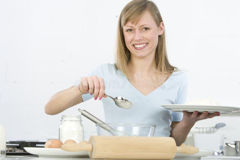 γυναίκα κουζινών στοκ φωτογραφία με δικαίωμα ελεύθερης χρήσης