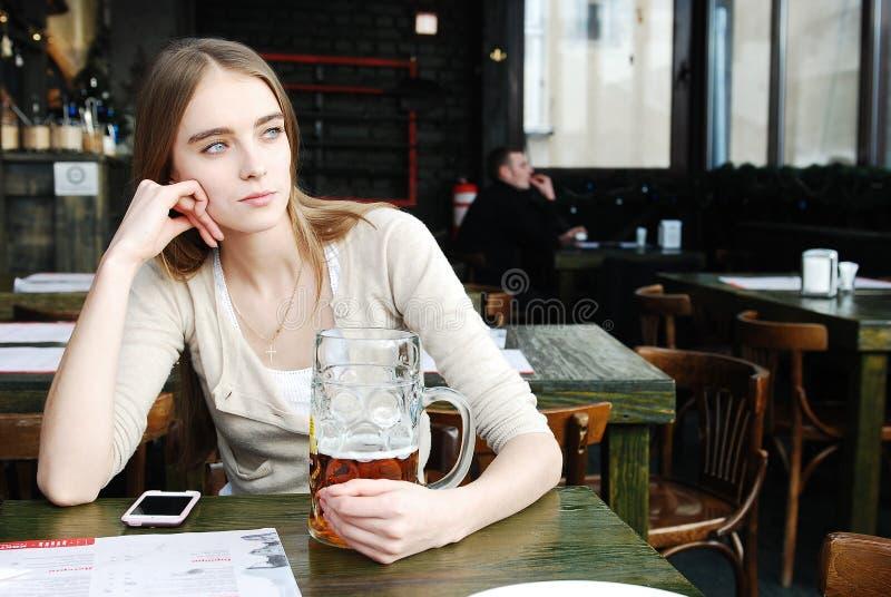 γυναίκα κουπών καφέδων μπύρας αλκοόλης στοκ φωτογραφίες με δικαίωμα ελεύθερης χρήσης