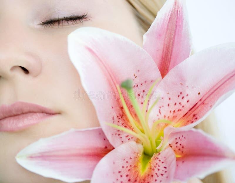 γυναίκα κρίνων λουλου&delta στοκ φωτογραφία με δικαίωμα ελεύθερης χρήσης