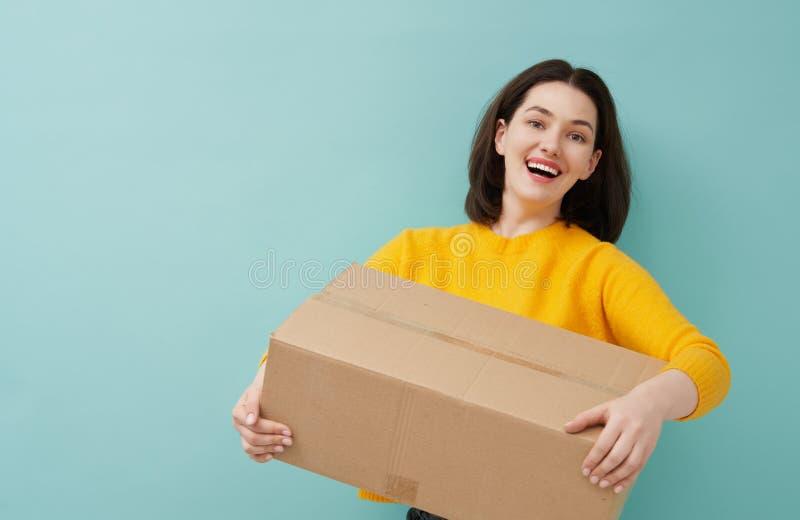 Γυναίκα κρατά χάρτινο κουτί στοκ εικόνες