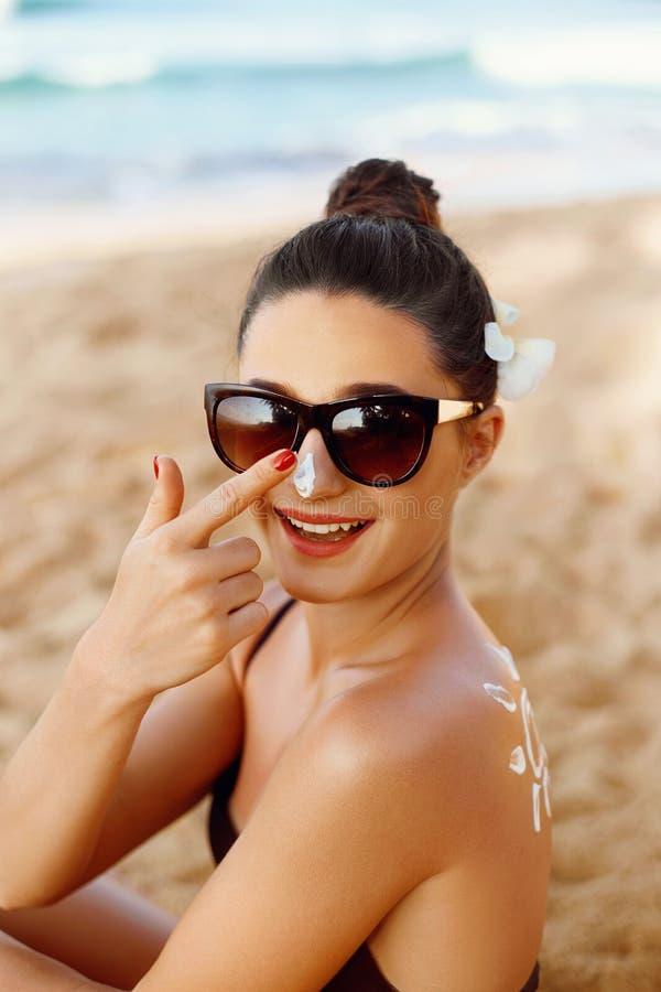 Γυναίκα λοσιόν Suntan που εφαρμόζει Sunscreen την ηλιακή κρέμα suncream Οι χρήσεις Moisturizer Sunblock κοριτσιών στοκ φωτογραφία