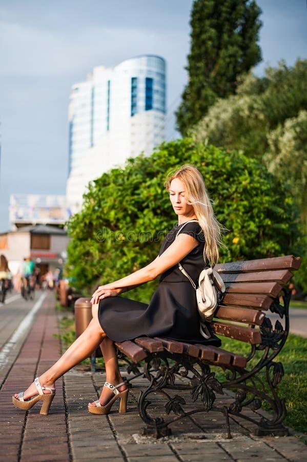 Γυναίκα Λ στο φόρεμα άνοιξη μόδας στοκ φωτογραφία