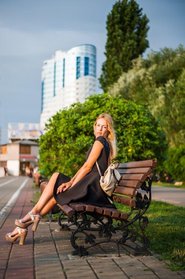 Γυναίκα Λ στο φόρεμα άνοιξη μόδας στοκ φωτογραφίες