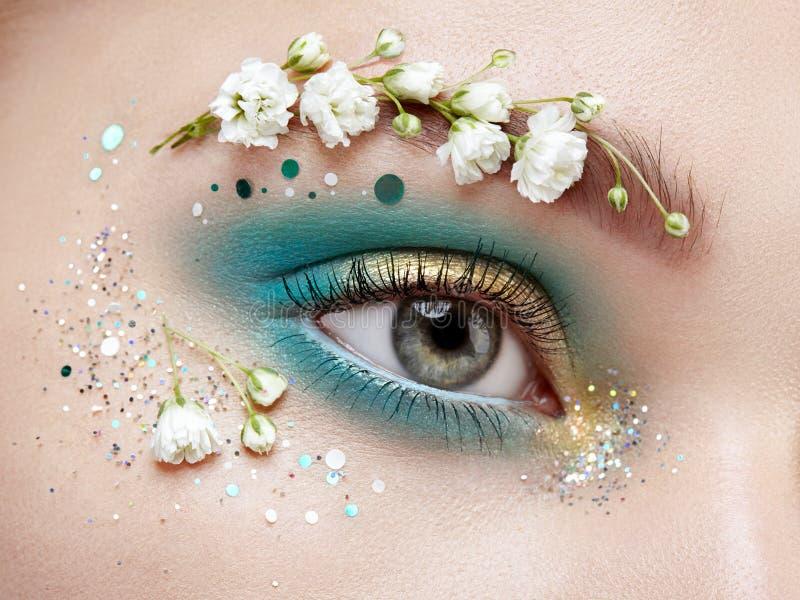 Γυναίκα ματιών makeup με λουλούδια στοκ εικόνες με δικαίωμα ελεύθερης χρήσης