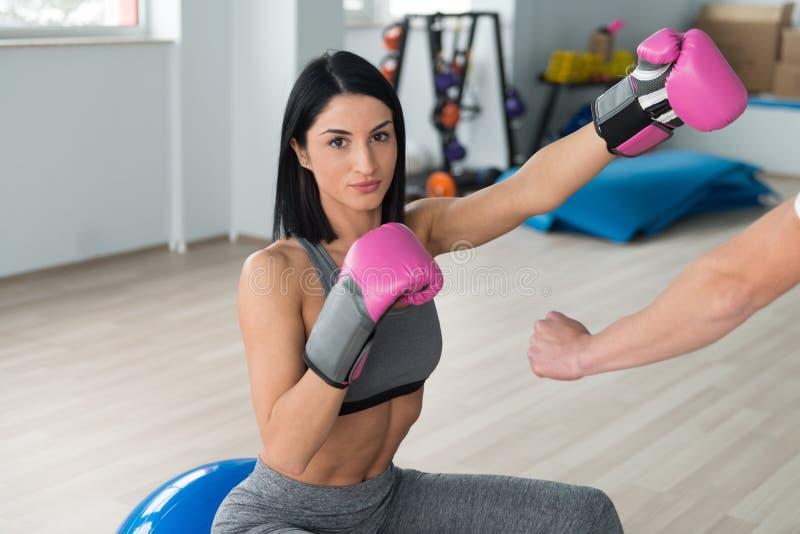 Γυναίκα Μαχητής Με Προσωπικό Εκπαιδευτή Στο Γυμναστήριο στοκ φωτογραφία με δικαίωμα ελεύθερης χρήσης