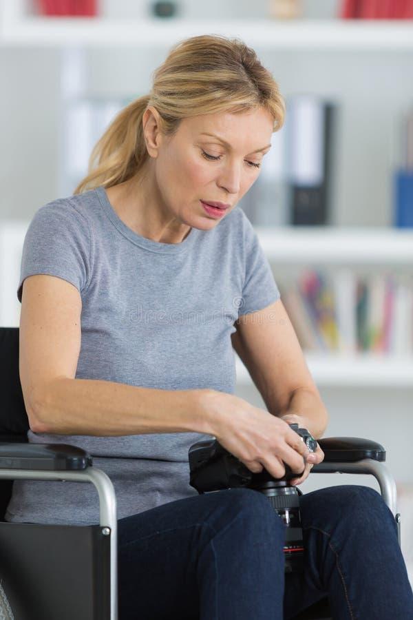 Γυναίκα Μεσαίωνα στην αναπηρική καρέκλα που φαίνεται εικόνα κεκλεισμένων των θυρών στοκ εικόνες με δικαίωμα ελεύθερης χρήσης
