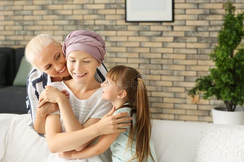 Γυναίκα μετά από τη χημειοθεραπεία με την οικογένειά της στο σπίτι στοκ φωτογραφίες με δικαίωμα ελεύθερης χρήσης