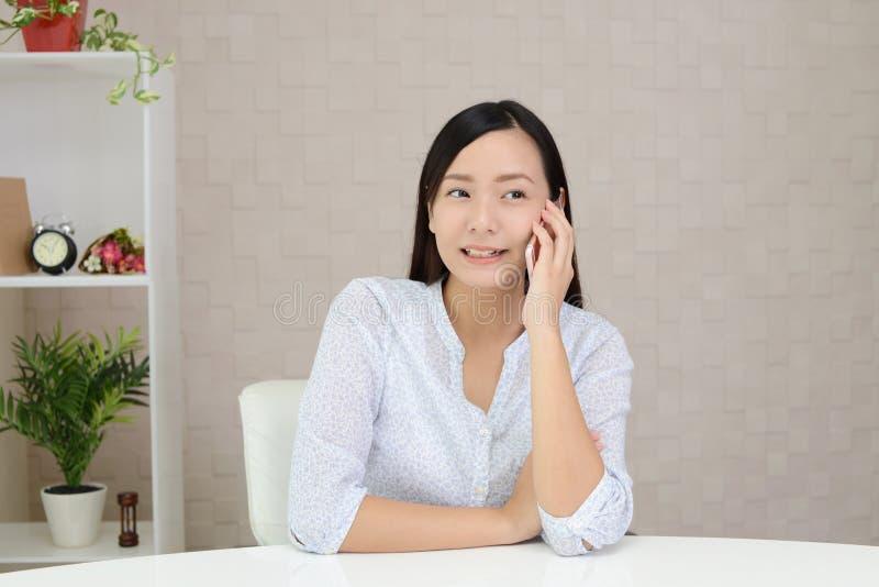 Γυναίκα με ένα έξυπνο τηλέφωνο στοκ φωτογραφία με δικαίωμα ελεύθερης χρήσης