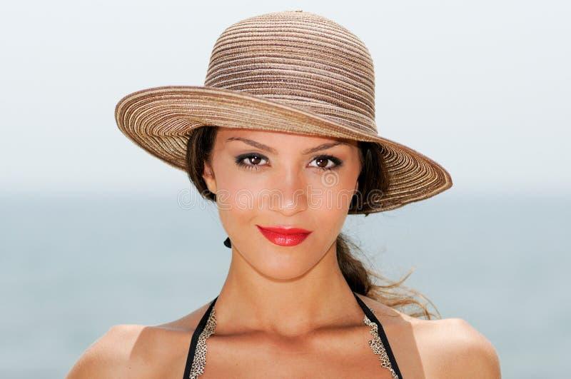 Γυναίκα με ένα καπέλο ήλιων σε μια τροπική παραλία στοκ φωτογραφία με δικαίωμα ελεύθερης χρήσης