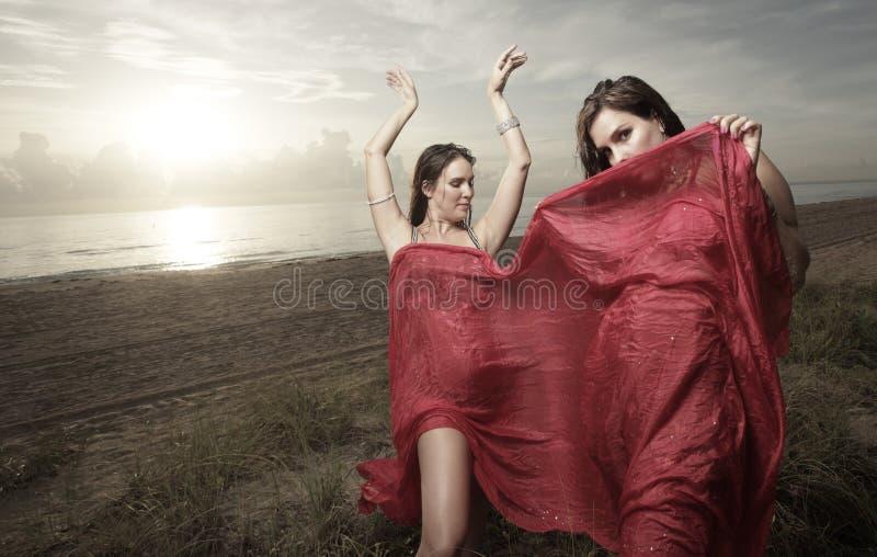 Γυναίκα με ένα πέπλο που χορεύει στην παραλία στοκ εικόνα