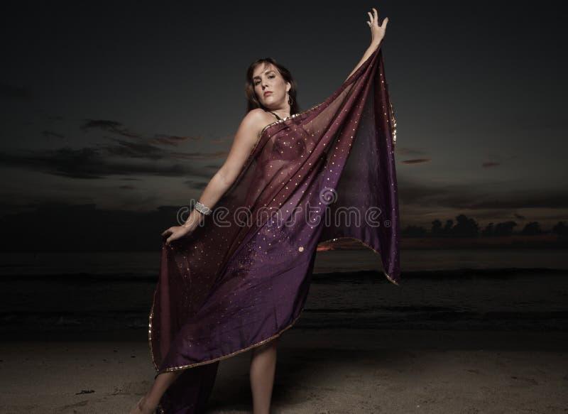 Γυναίκα με ένα πέπλο στην παραλία στοκ φωτογραφία