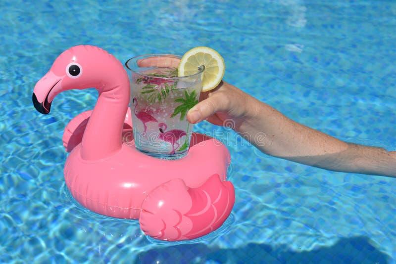 Γυναίκα με ένα ποτό στην πισίνα, με το διάστημα αντιγράφων στοκ φωτογραφία
