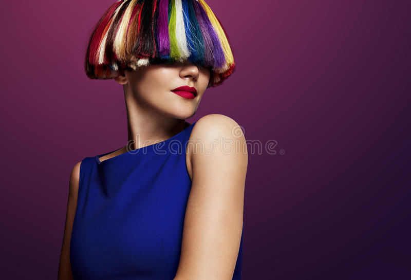Γυναίκα με ένα χρώμα creatie της τρίχας Τρίχα ουράνιων τόξων στοκ φωτογραφία