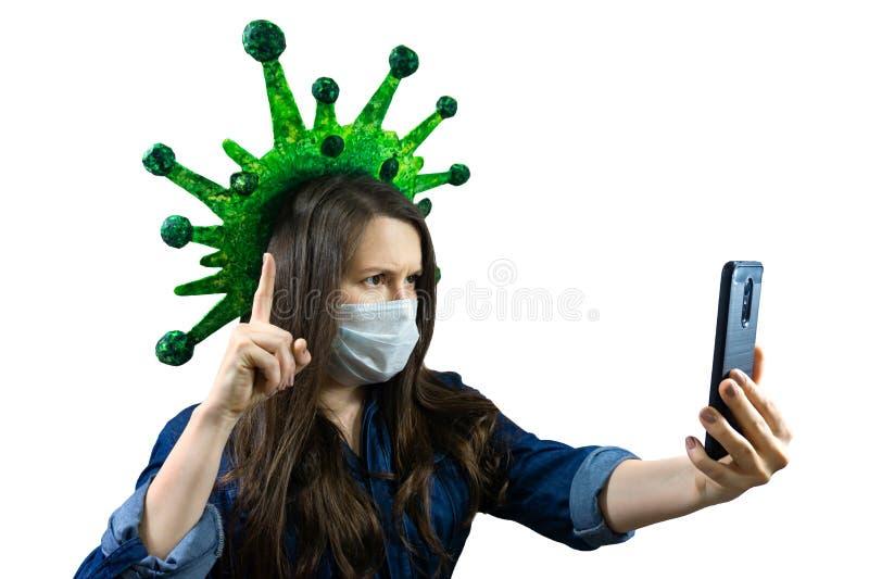 Γυναίκα με ιατρική μάσκα κάνει τηλεφωνική βιντεοκλήση από το σπίτι κατά την απομόνωση και καραντίνα στον ιό της κορόνα, covid-19 στοκ εικόνα με δικαίωμα ελεύθερης χρήσης