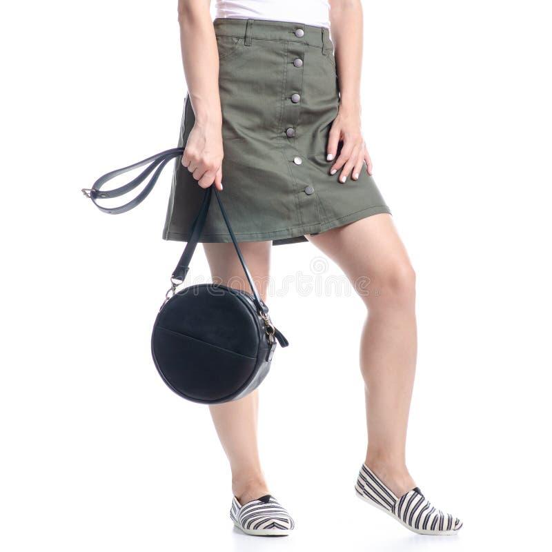 Γυναίκα με μαύρη στρογγυλή τσάντα μόδα στοκ εικόνες με δικαίωμα ελεύθερης χρήσης