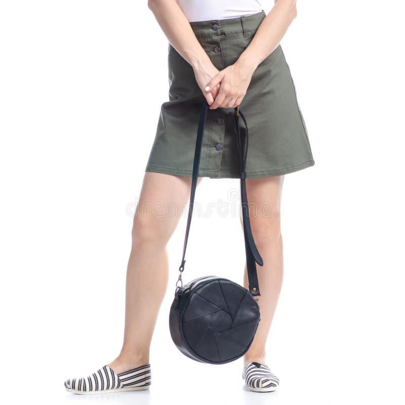 Γυναίκα με μαύρη στρογγυλή τσάντα μόδα στοκ εικόνα με δικαίωμα ελεύθερης χρήσης