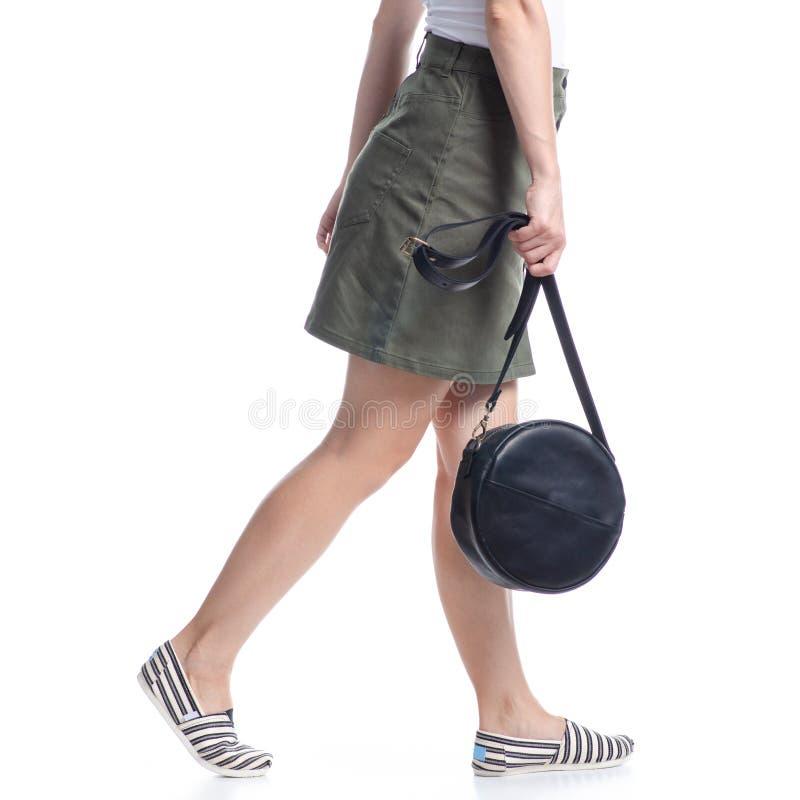 Γυναίκα με μαύρη στρογγυλή τσάντα μόδα στοκ φωτογραφίες