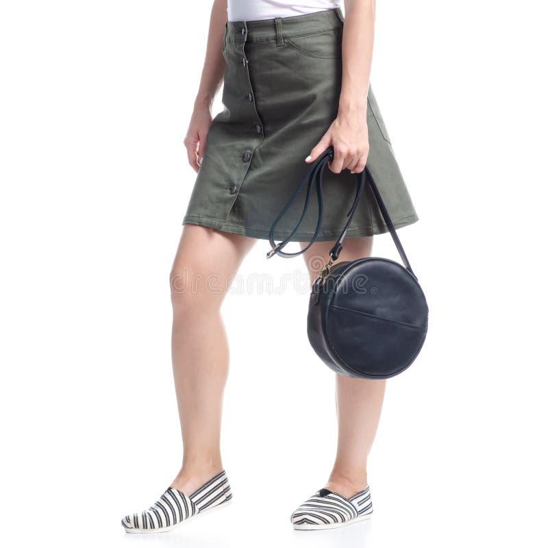Γυναίκα με μαύρη στρογγυλή τσάντα μόδα στοκ φωτογραφία με δικαίωμα ελεύθερης χρήσης