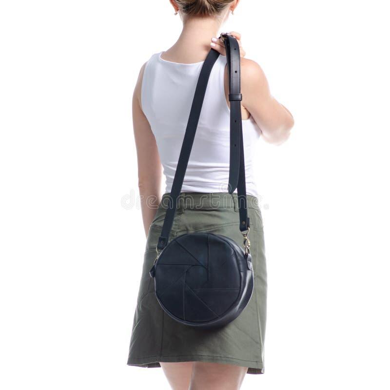 Γυναίκα με μαύρη στρογγυλή τσάντα μόδα στοκ φωτογραφία